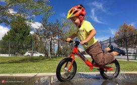 کودکی که دوچرخه سواری می کند
