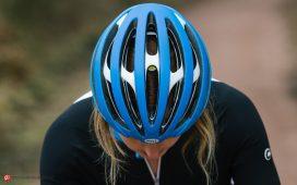شخصی که کلاه دوچرخه سواری را به سر گذاشته است