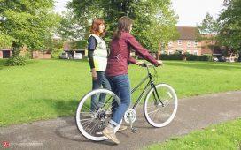 مربی که به یک شخص دوچرخه سواری یاد میدهد