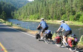 دو دوچرخه سوار در حال سفر با دوچرخه
