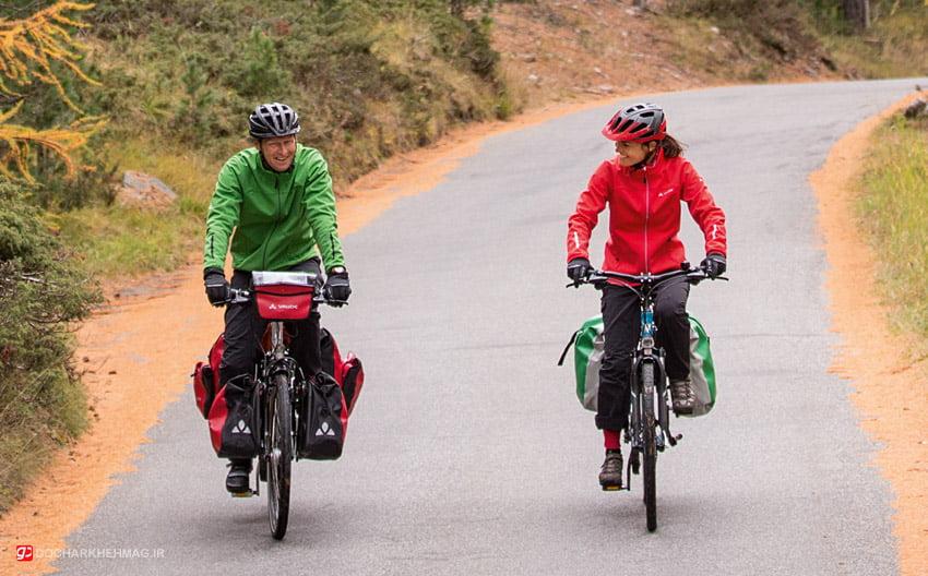 دو دوچرخه سواری در حال سفر با دوچرخه