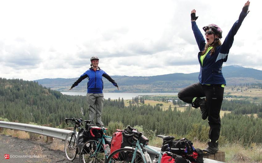 دو دوچرخه سوار خوشحال در حال سفر با دوچرخه