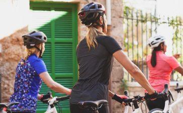 دوچرخه سوار های خانم در کنار هم