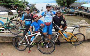 عکس یادگاری دوچرخه سواران در تایلند