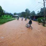دوچرخه سواری در زیر باران جزیره کوچانگ تایلند