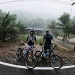 دوچرخه سواری در باران در جزیره کوچانگ تایلند