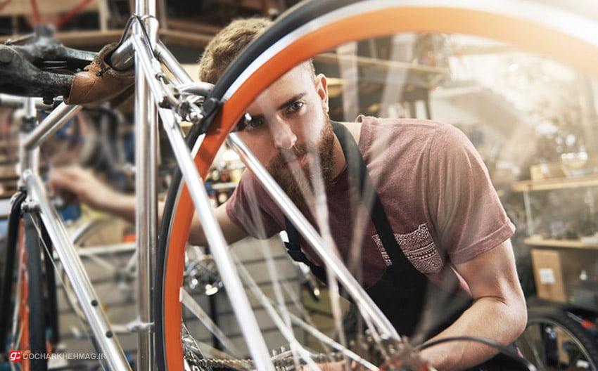 شخصی در حال چک کردن دوچرخه