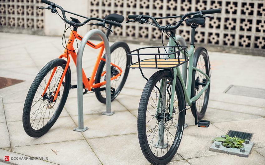 دو دوچرخه پارک شده در خیابان