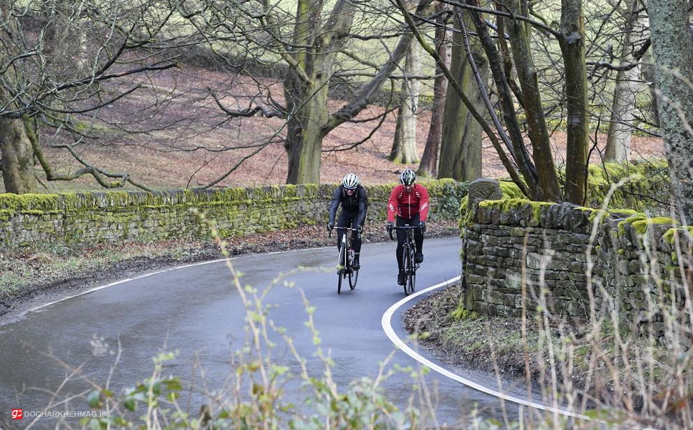 دو نفر در حال دوچرخه سواری در هوای صبح گاهی