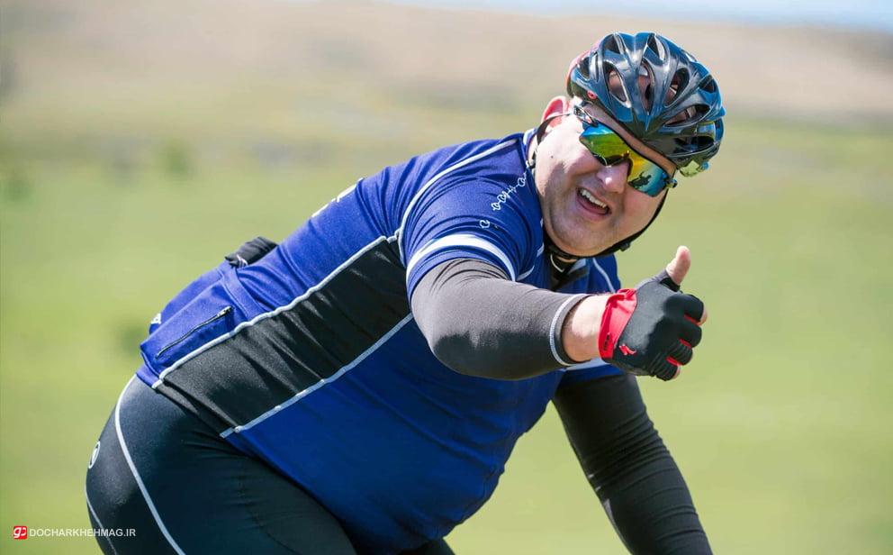 فرد چاق در حال دوچرخه سواری