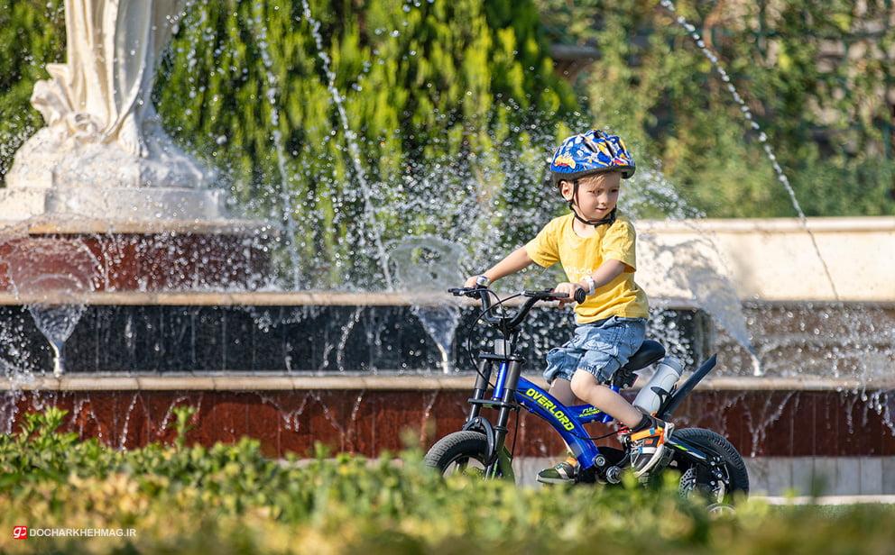 کودکی در حال دوچرخه سواری با دوچرخه اورلرد