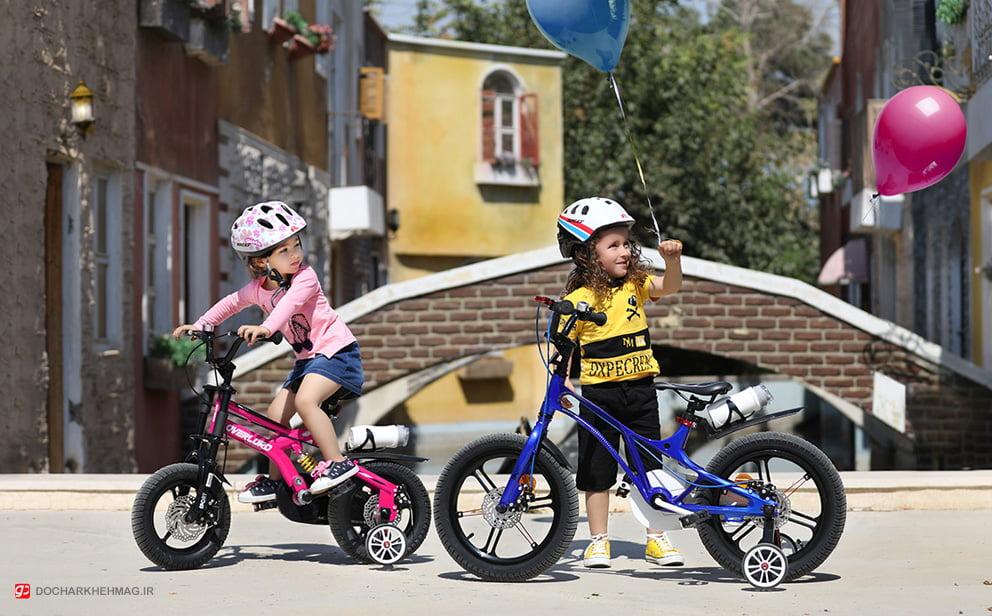 دو کودک در حال دوچرخه سواری