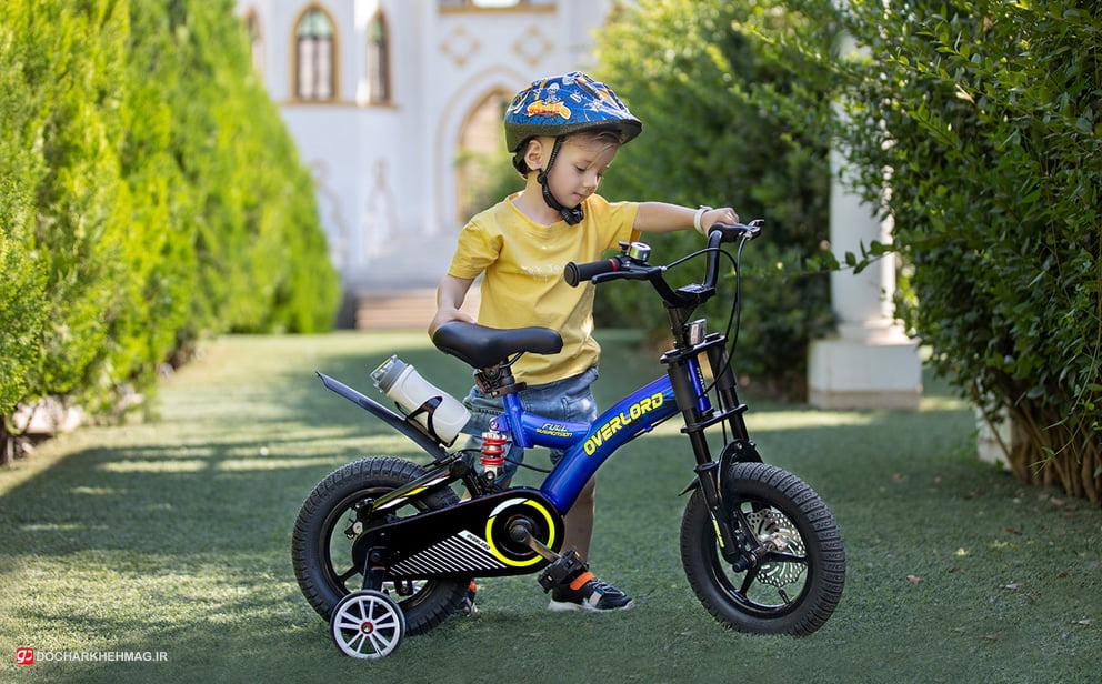 کودک در حال دوچرخه سواری با دوچرخه اورلرد