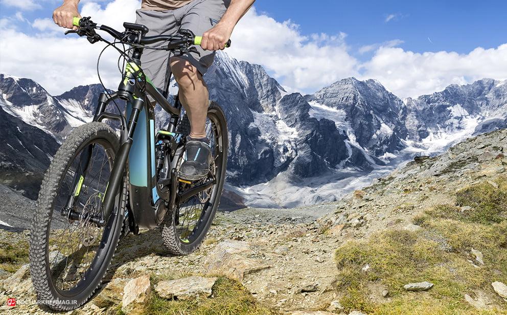 دوچرخه سواری که در با دوچرخه برقی در حال حرکت است