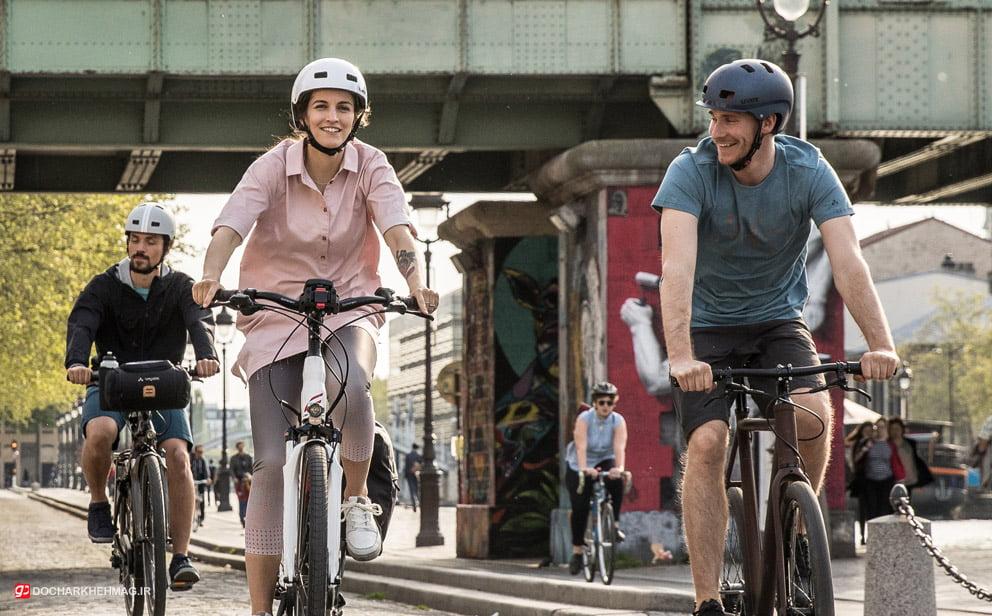 دو نفر در حال دوچرخه سواری
