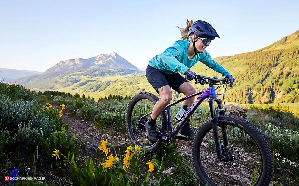 خانمی در حال دوچرخه سواری در طبیعت