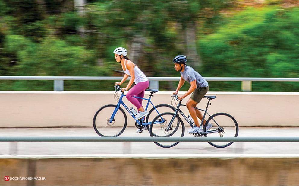 ذ=دو نفر در حال دوچرخه سواری