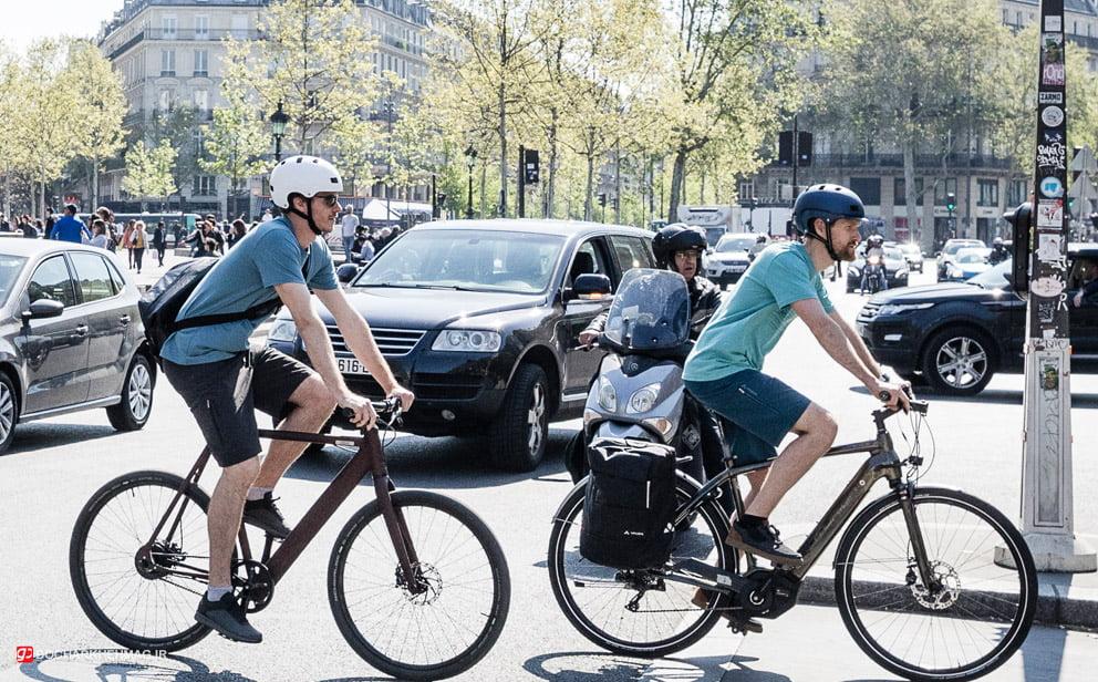 دو نفر در حال دوچرخه سواری در شهر