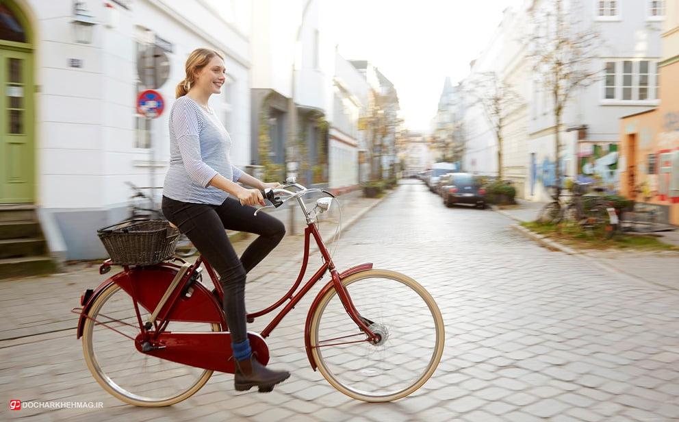 خانمی در حال دوچرخه سواری