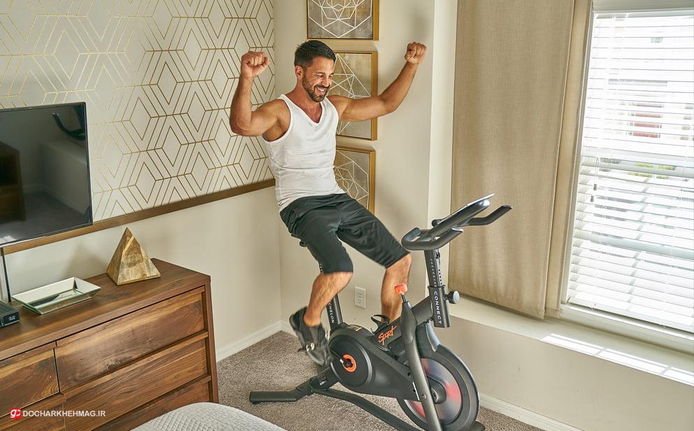 شخصی در حال تمرین با دوچرخه ثابت